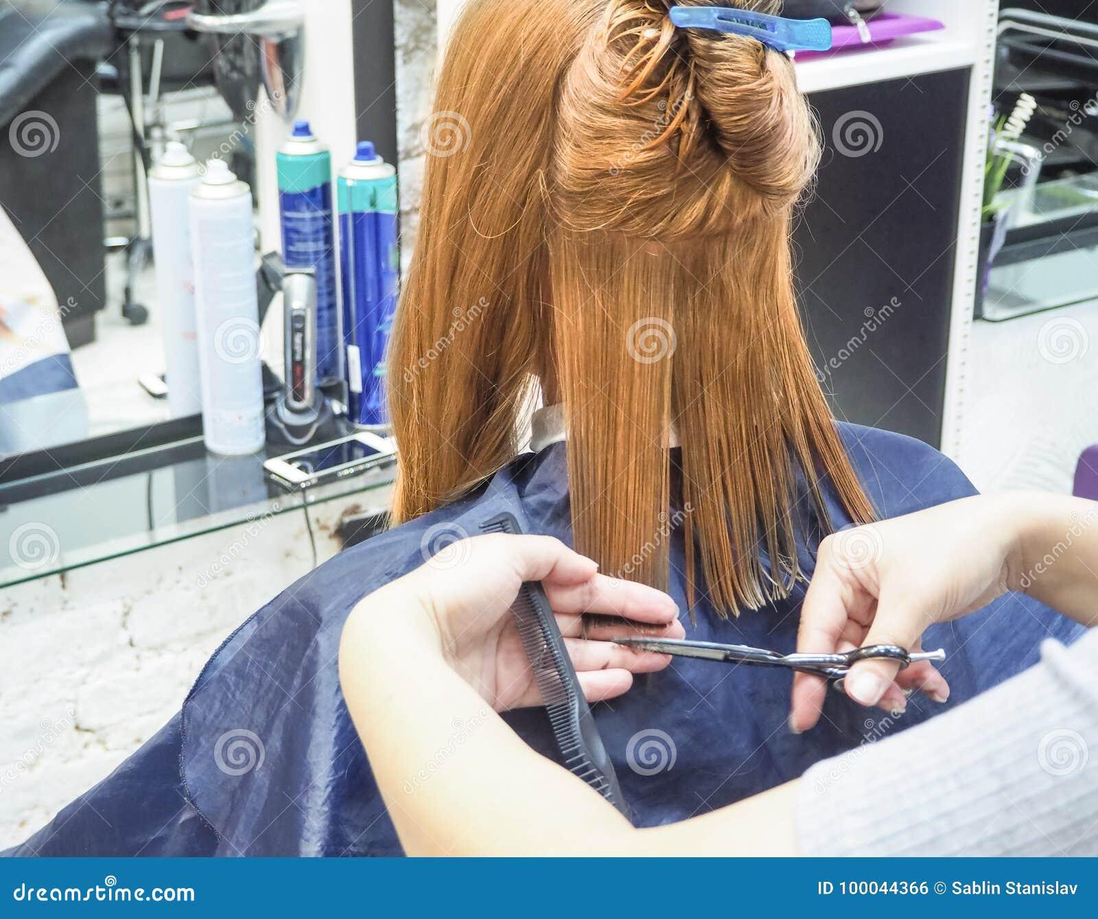 Kapper die kapsel in herenkapper doen Het scherpe haar van de kapper De schoonheidsindustrie