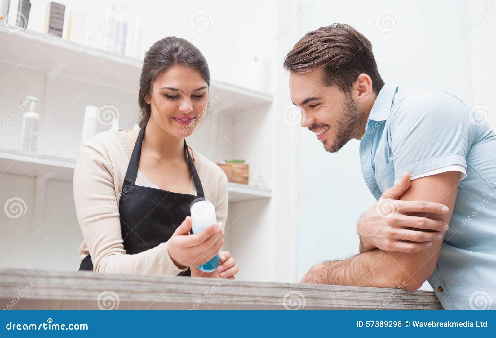 Kapper die met een klant spreken