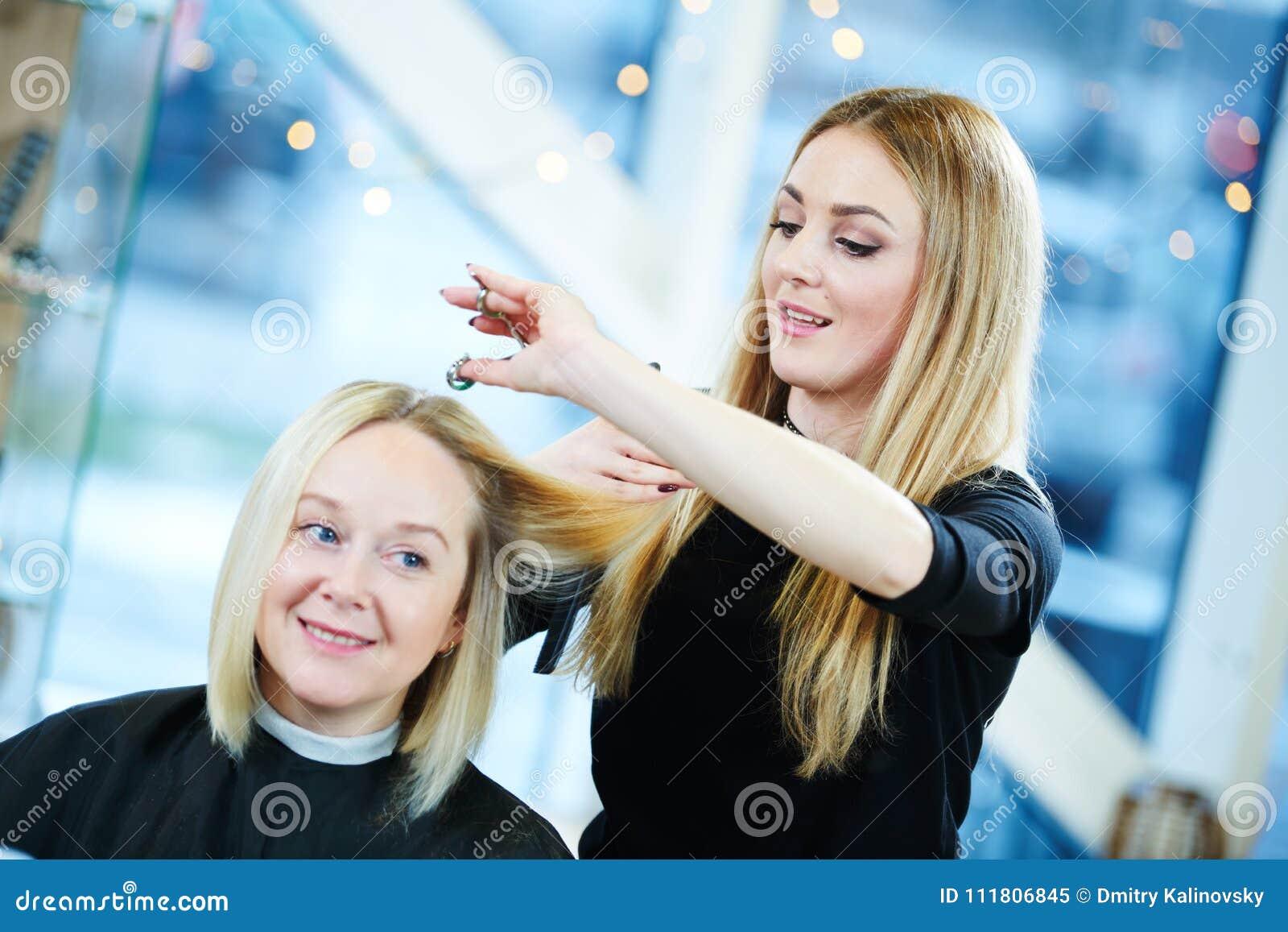 Kapper of stilist op het werk Haar van de kapper het scherpe vrouw