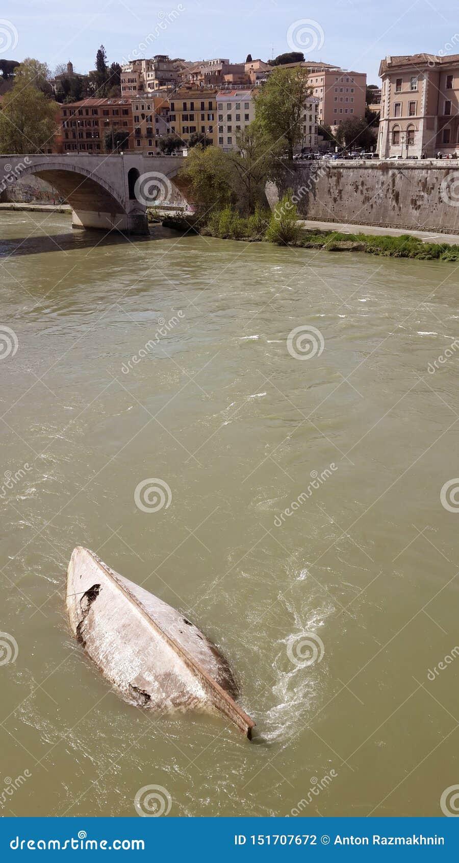 Kapsejsat fartyg under bron, Rome, Italien