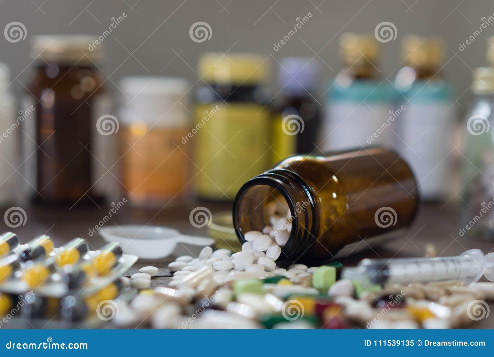 Kapsuł pigułki z medycyna antybiotykiem w pakunkach