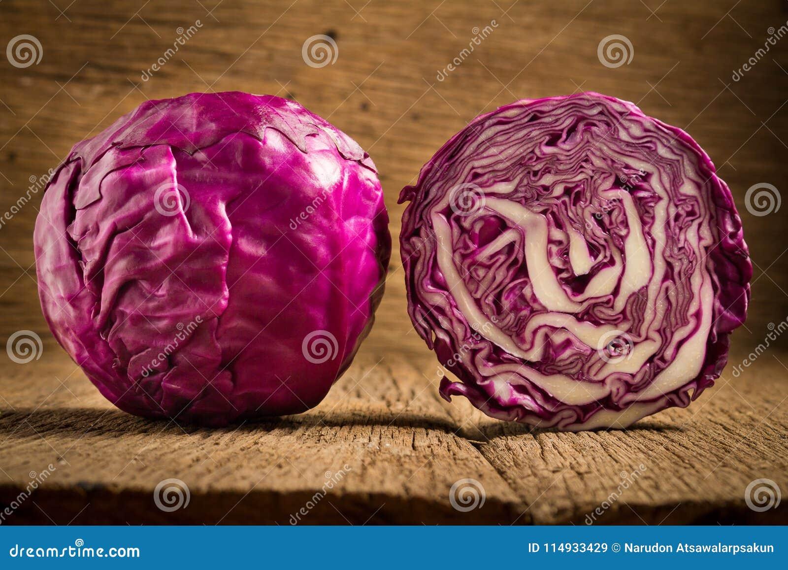 Kapuściane purpury na drewnianym Kuchnia Ranek plasterek halfback