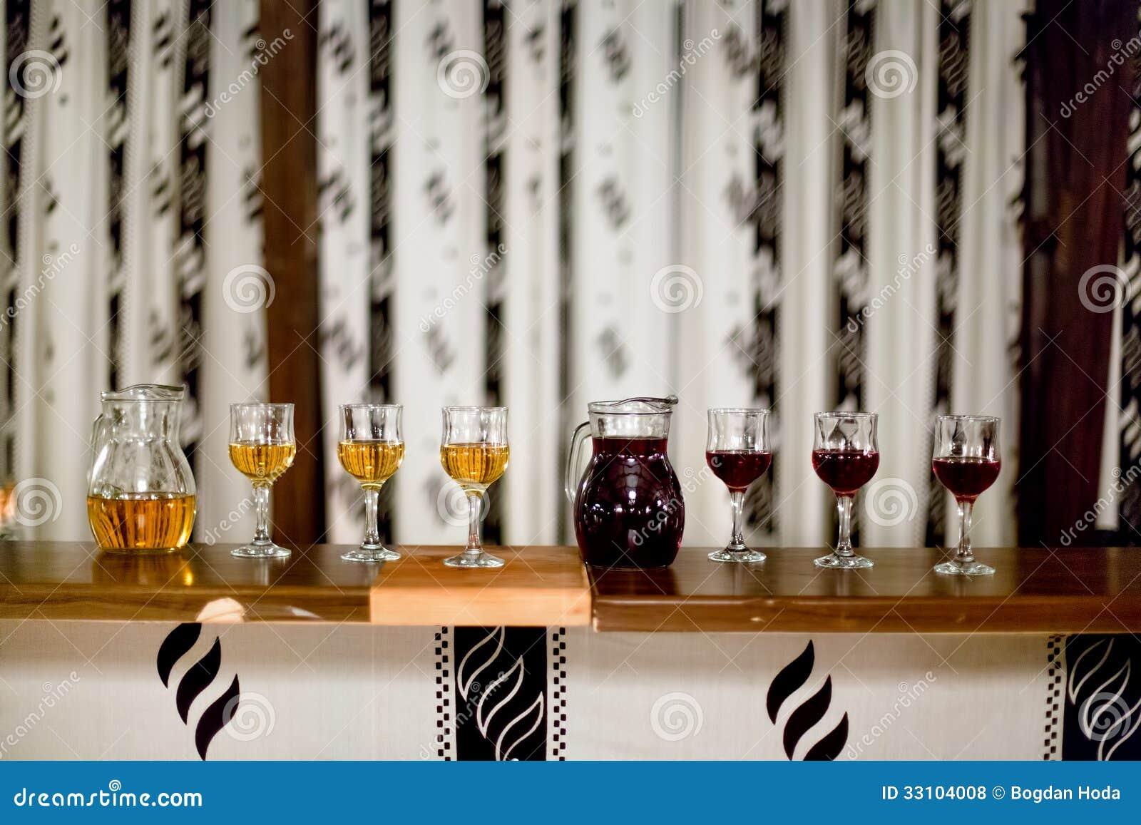 Karaf en glazen rode en witte wijn bij rustieke partij