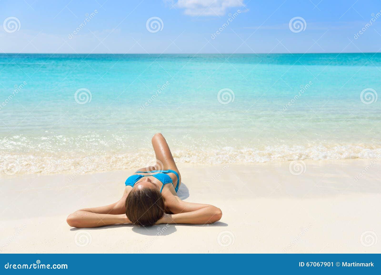 Karaiby plaży wakacje - suntan relaksu kobieta
