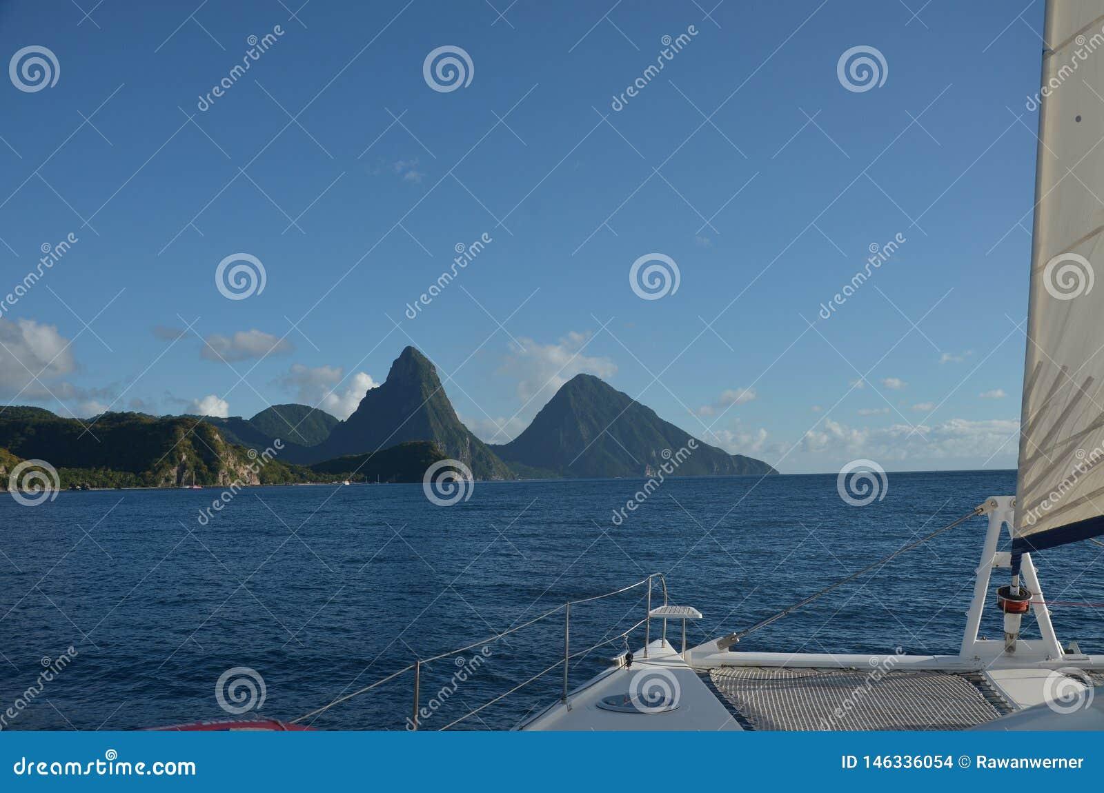 Karaiby zieleni góry Żegluje St Lucia