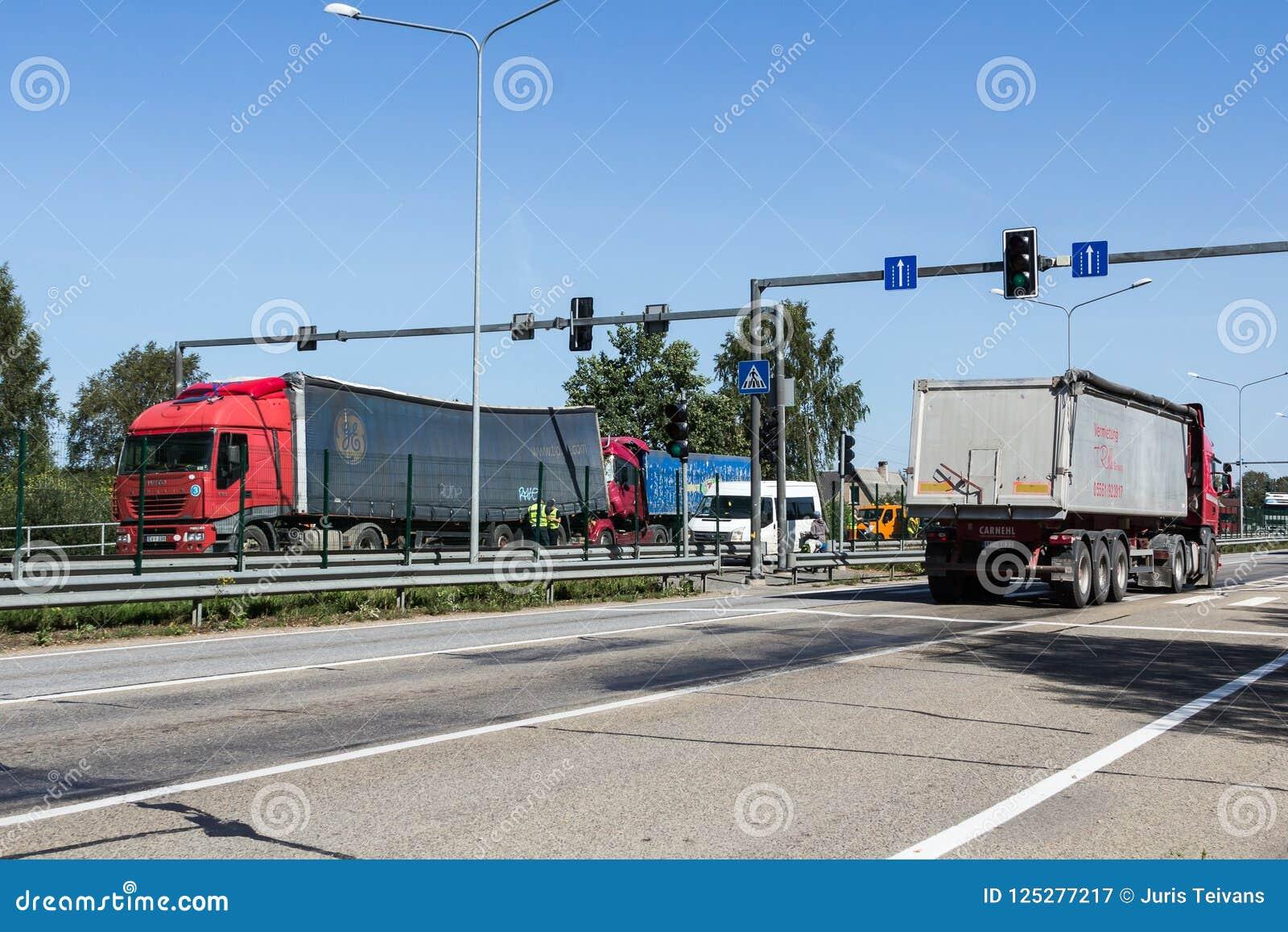 Karambol dwa ciężarówki w Latvia, na A8 drodze, zdarzał się