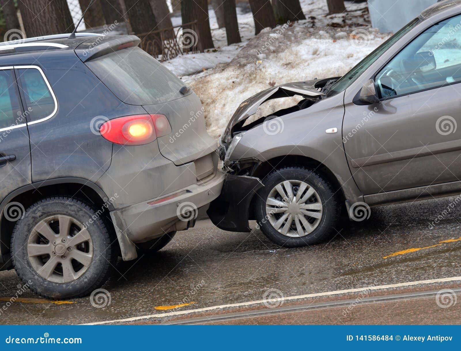 Karambol dwa samochodu na drodze w zimie