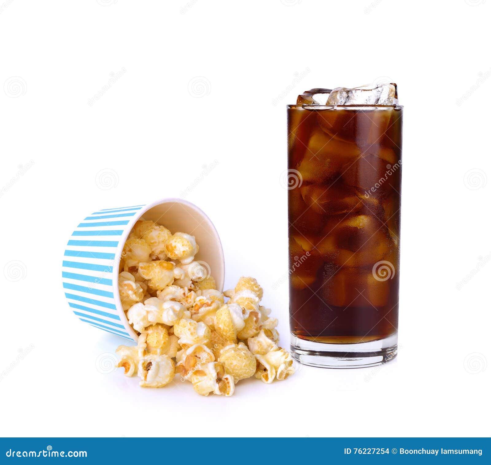 Karamellpopcorn och cola på vit