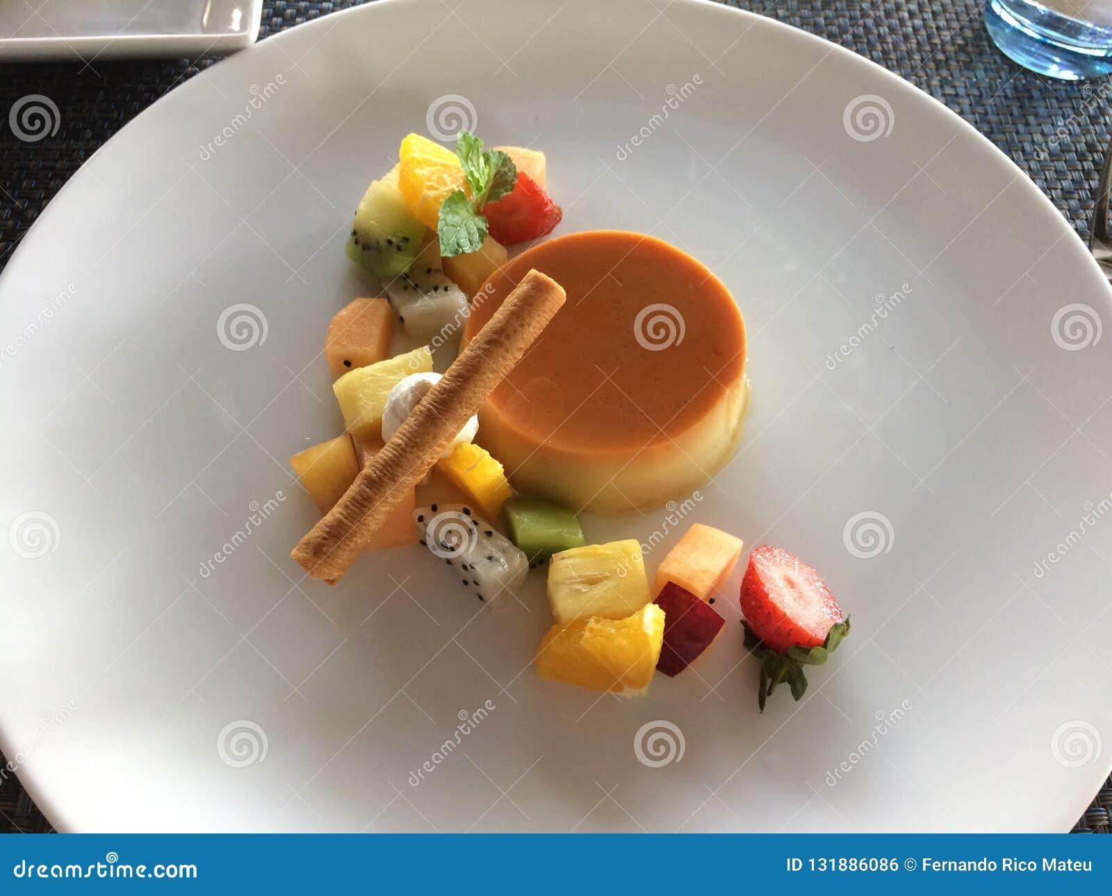 Karamellpudding mit Stücken Drachefrucht, Erdbeeren, Kiwi, m
