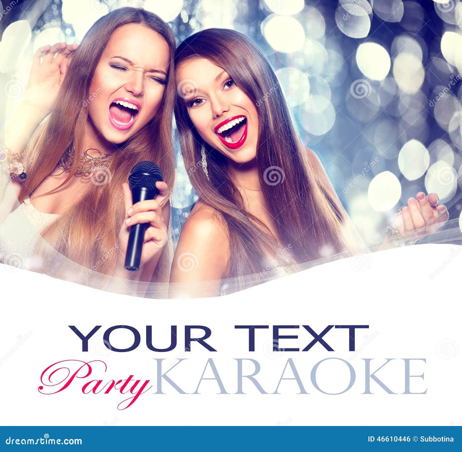 Karaoke Filles de beauté avec un microphone