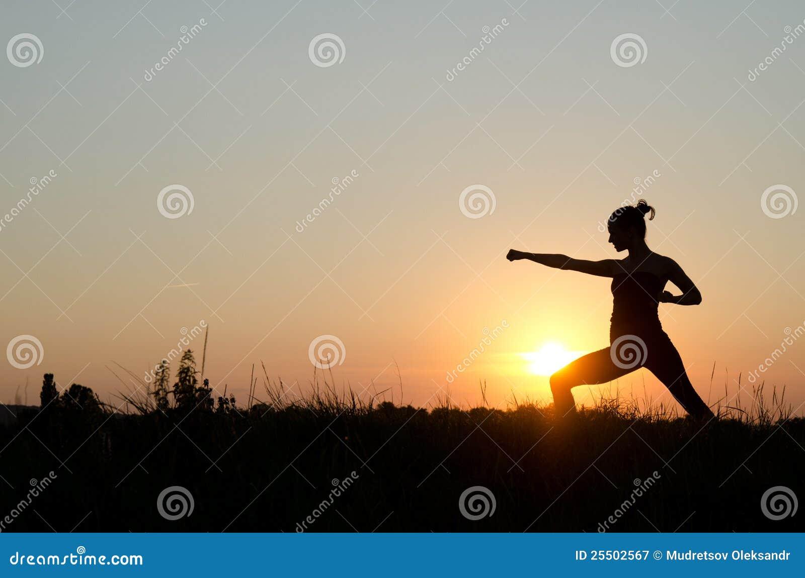 Karate auf Sonnenuntergang.