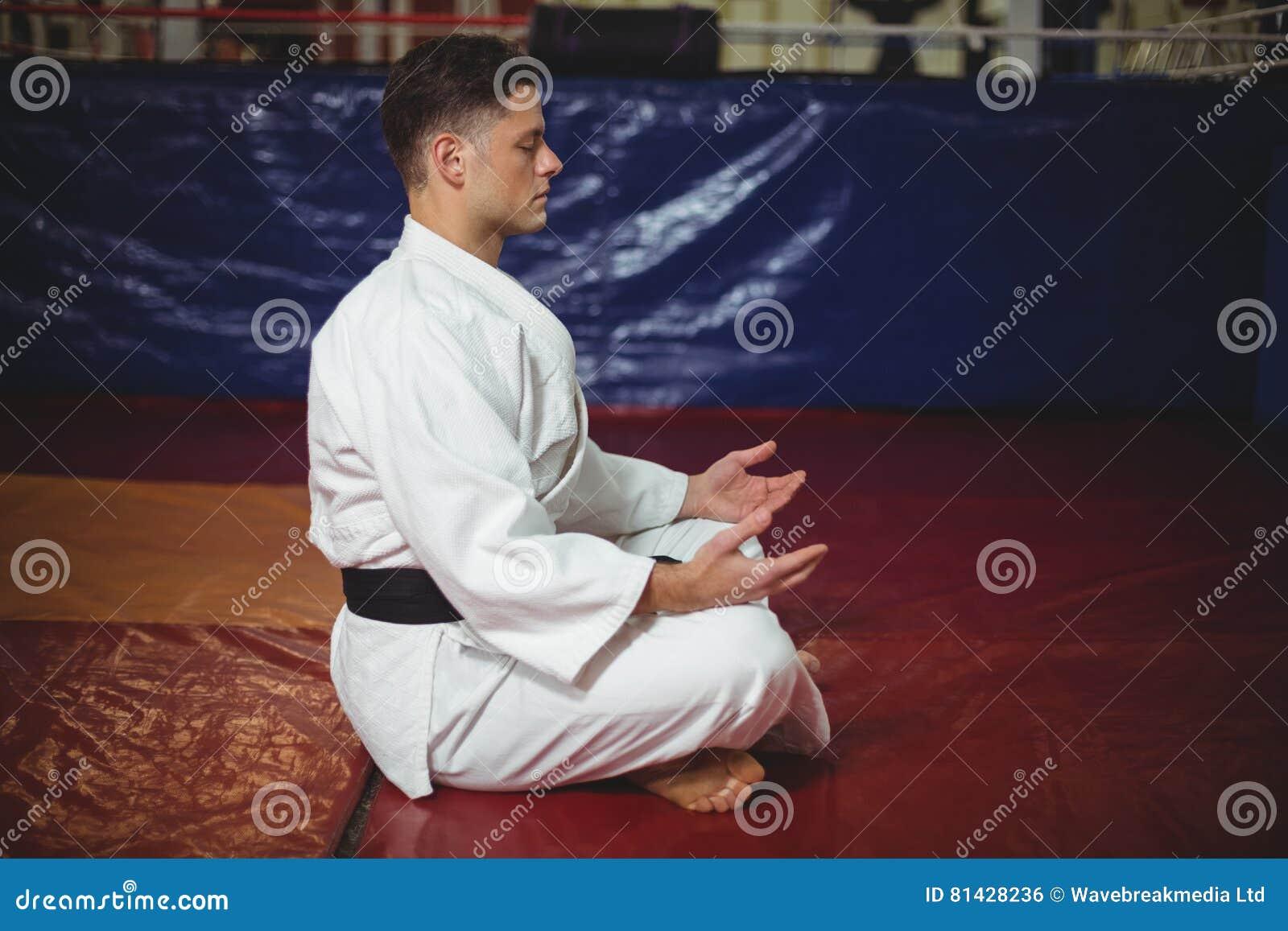 Karate gracz robi joga