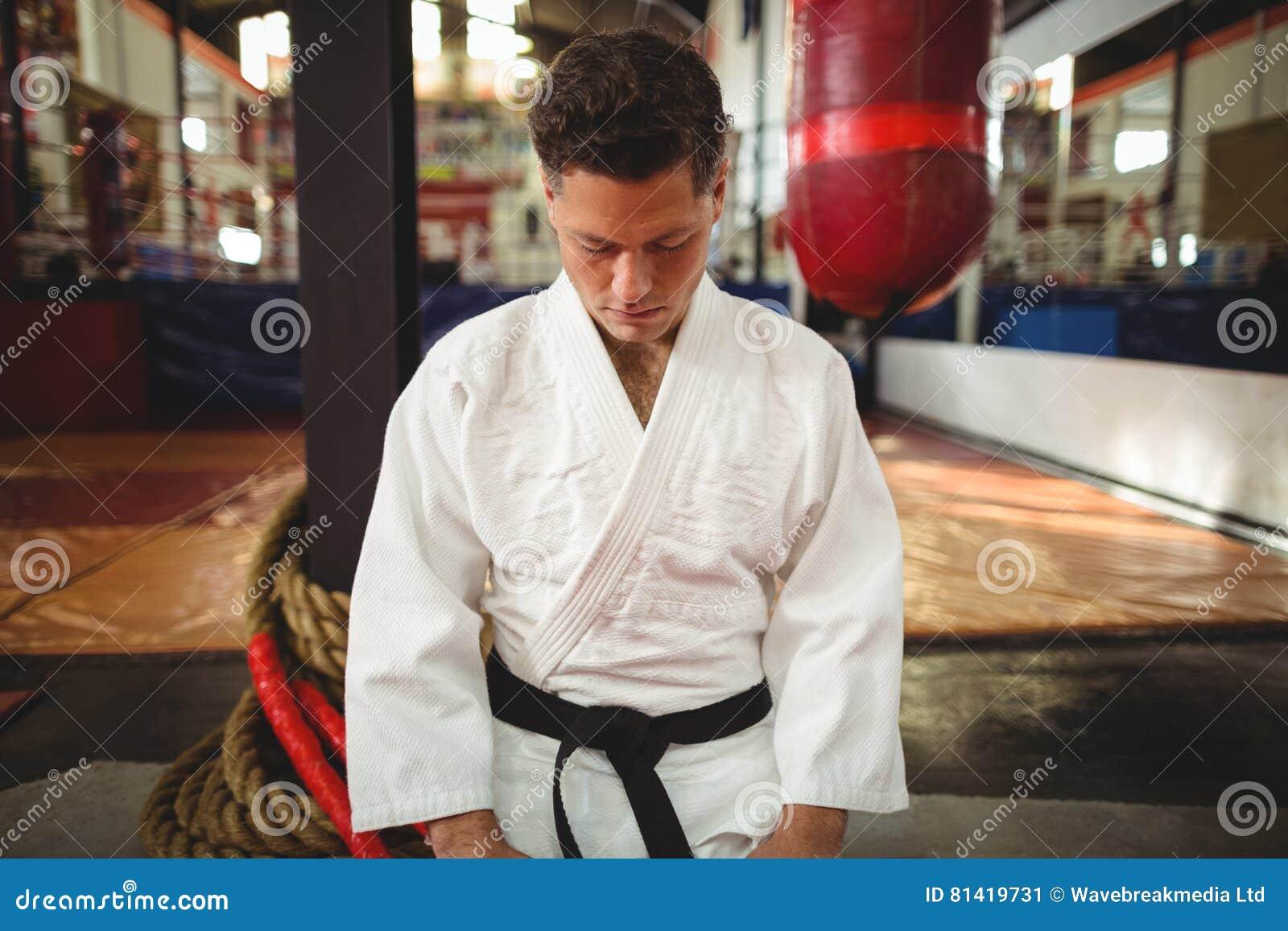 Karate gracza obsiadanie w seiza pozyci