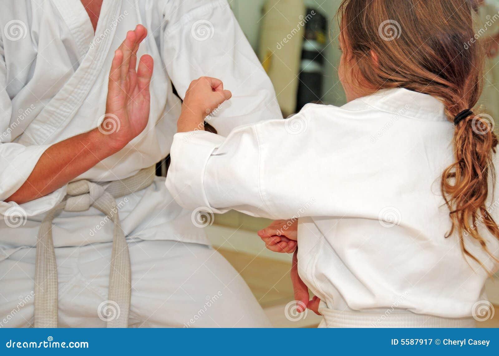 Karate-Kursteilnehmer Sparring