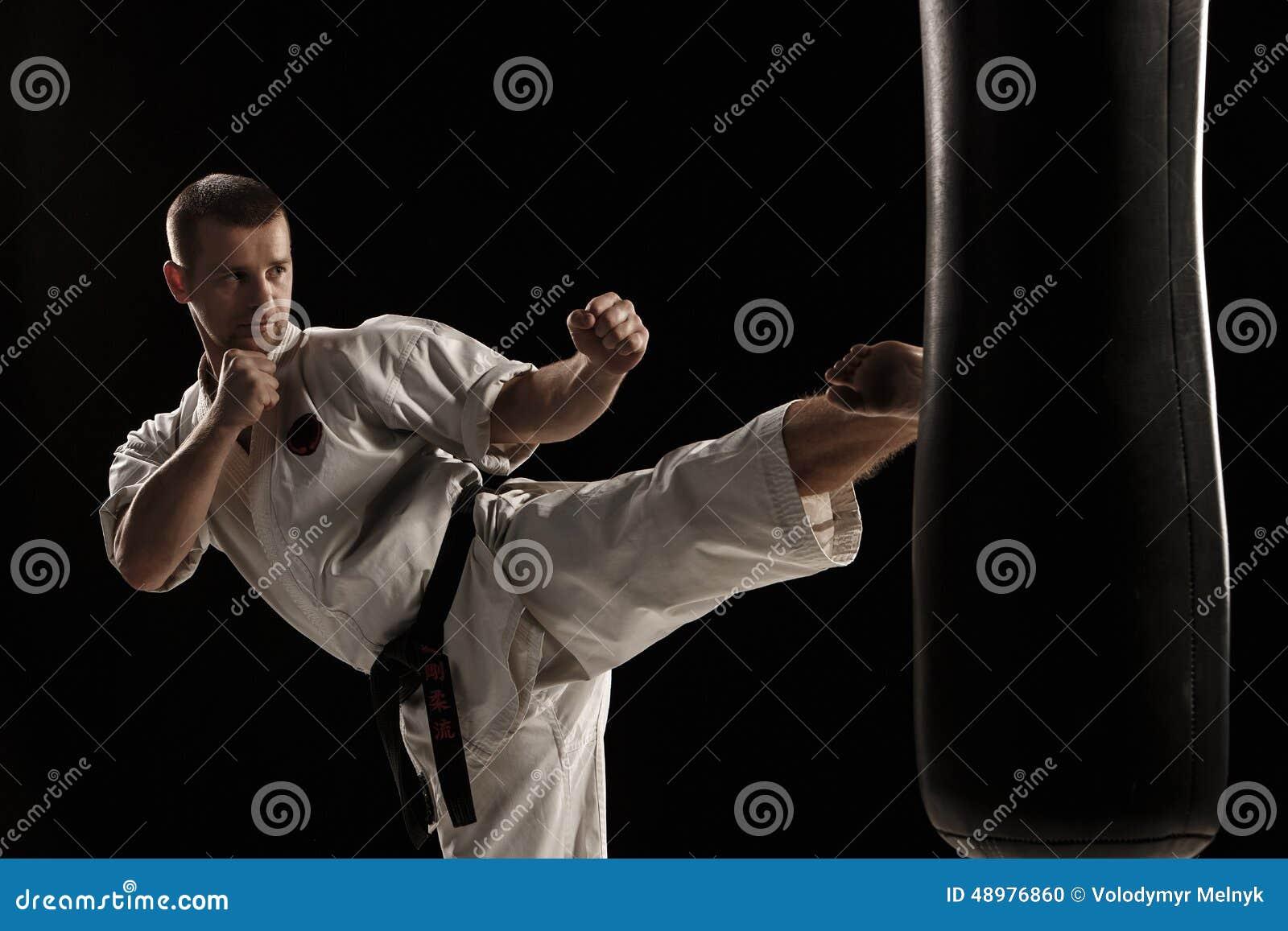 Karaterundan sparkar in en stansa påse
