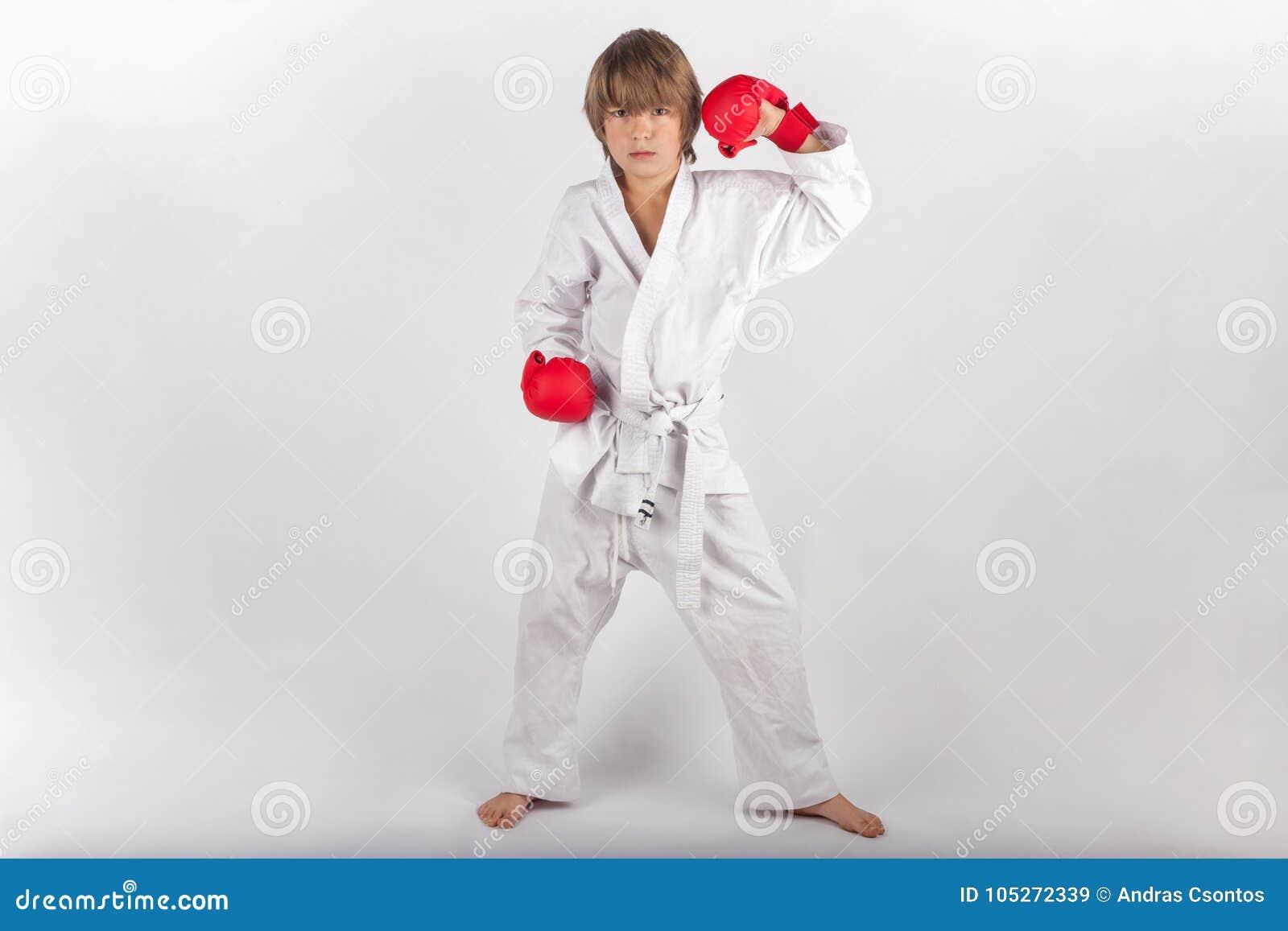 Karateunge med rött posera för boxninghandskar