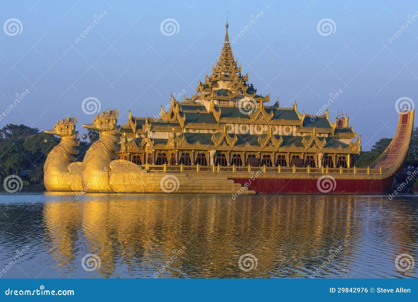 karaweik是一艘缅甸皇家驳船的复制品在kandawgyi湖的在缅甸的仰光.