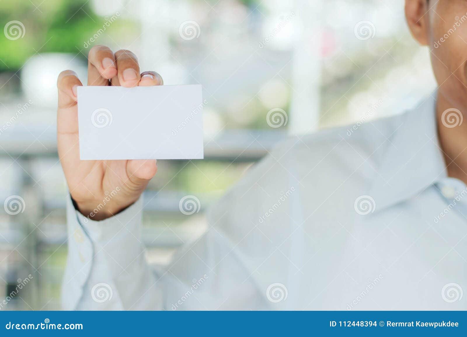 Karciany mienia mężczyzna biel