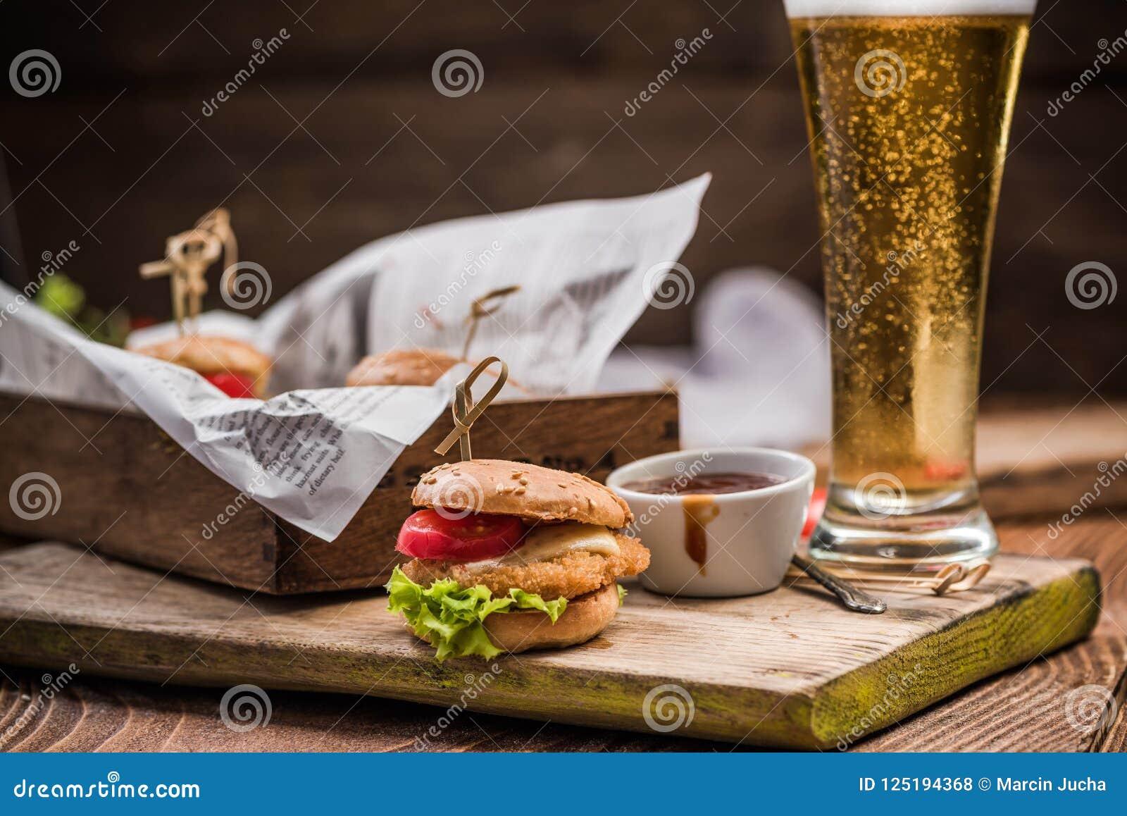 Karczemny jedzenie, bbq hamburgery i piwo,