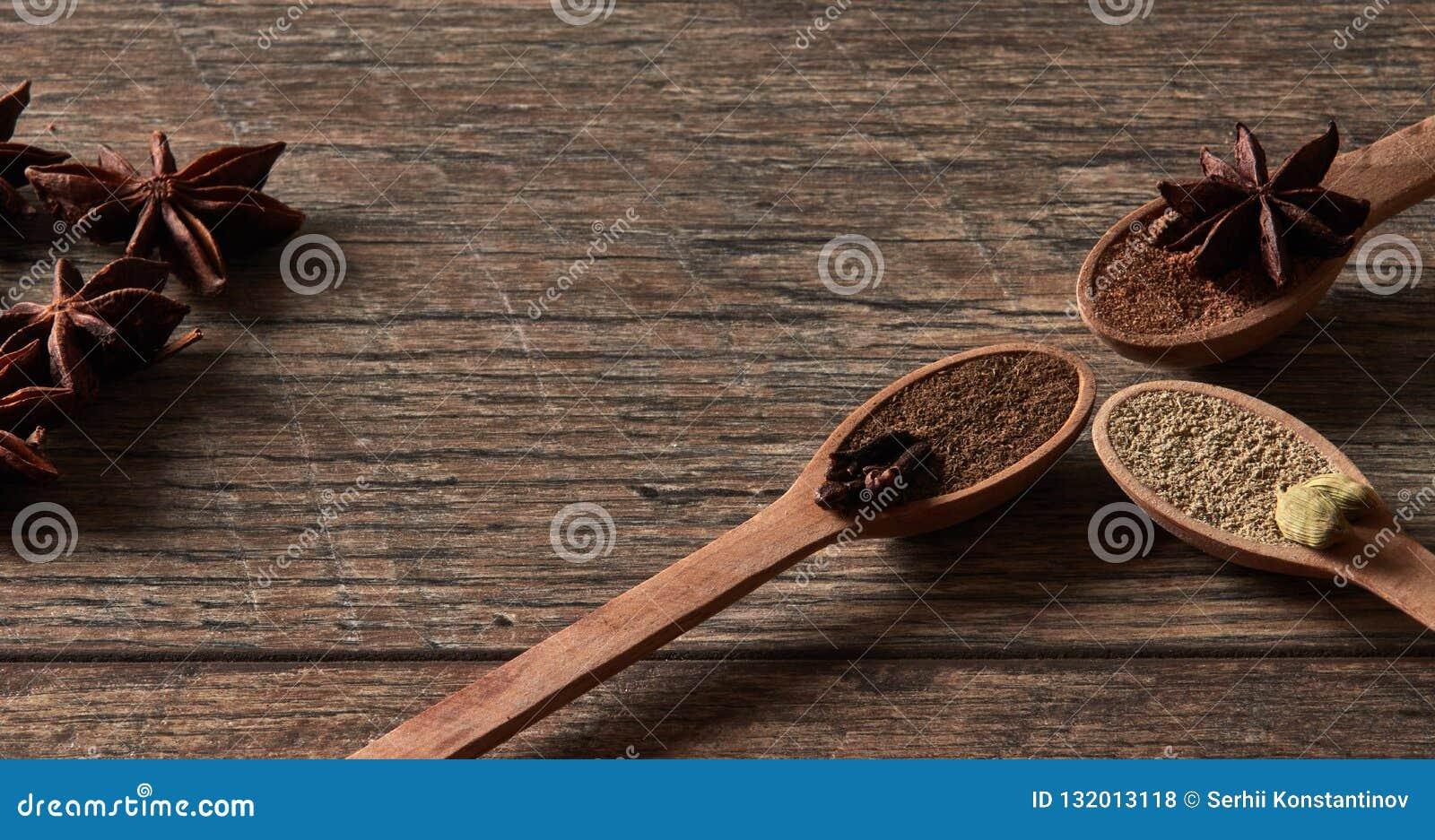 Kardamom, Nelken, Sternanis Grundgewürze in den hölzernen Löffeln Dif