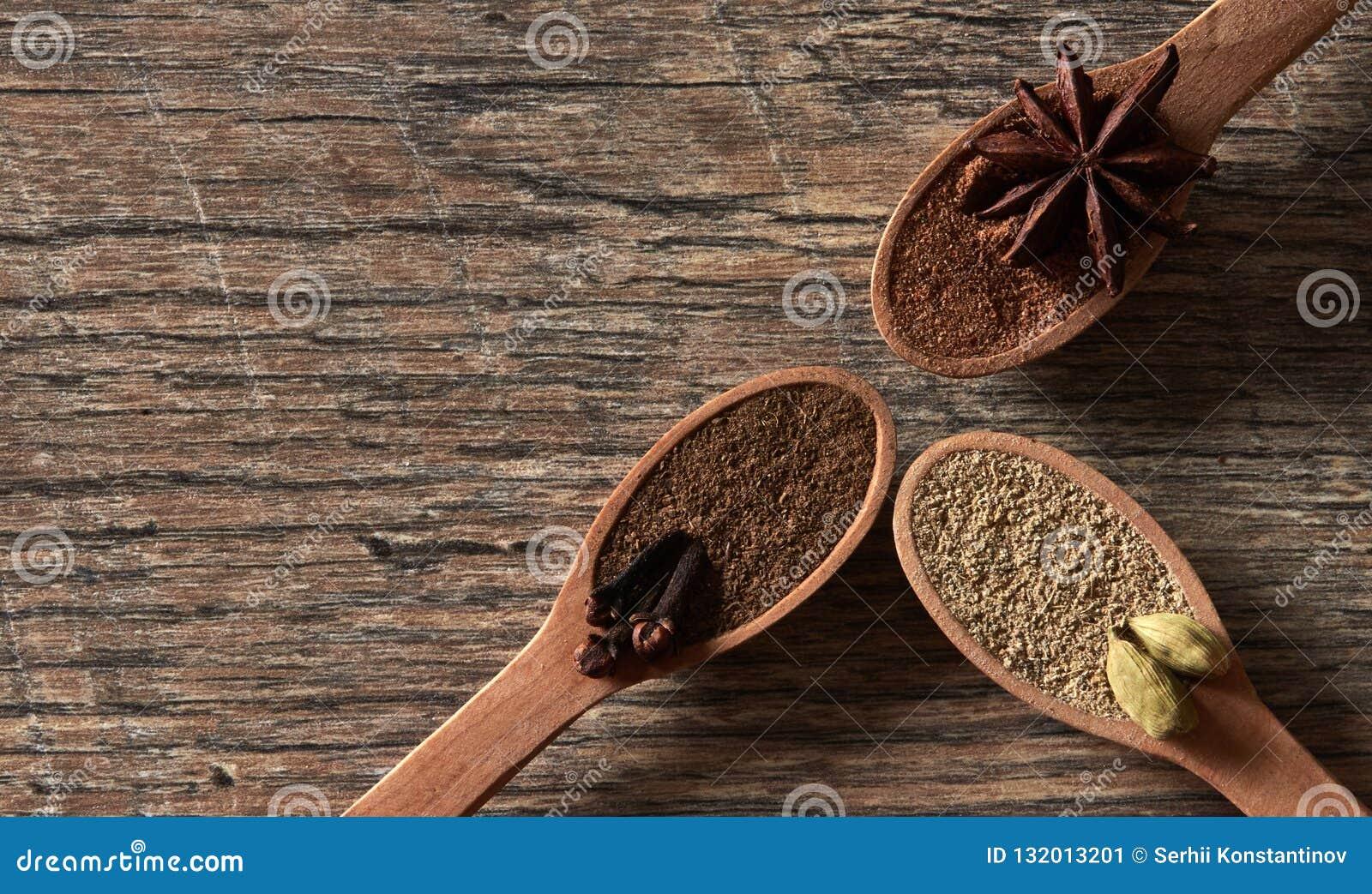 Kardamon, cloves, gwiazdowy anyż Zmielone pikantność w drewnianych łyżkach Dif