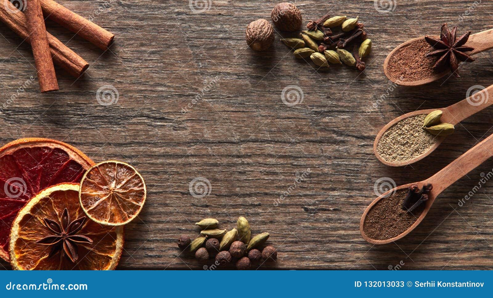 Kardemumma kanelbruna pinnar, kryddnejlikor, muskotnöt, anisstjärnor, kryddpeppar