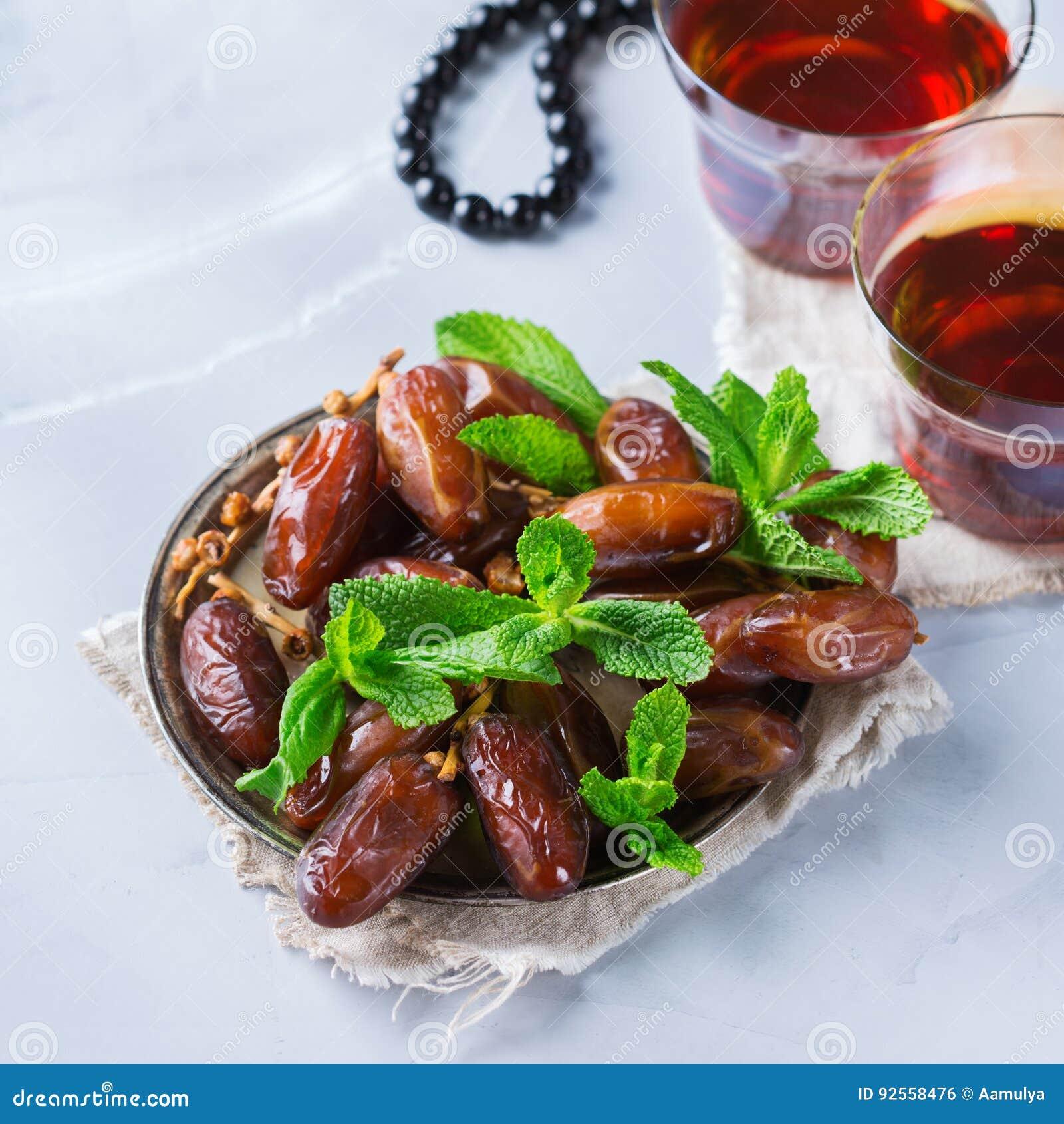 Kareem ramazan del Ramadan Tè arabo tradizionale con la menta ed i datteri