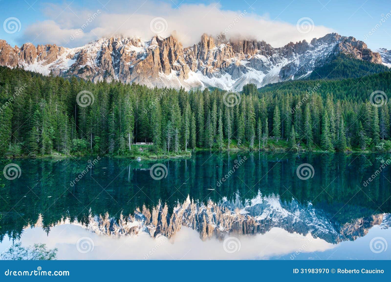 Karersee, meer in het Dolomiet in Zuid-Tirol, Italië.