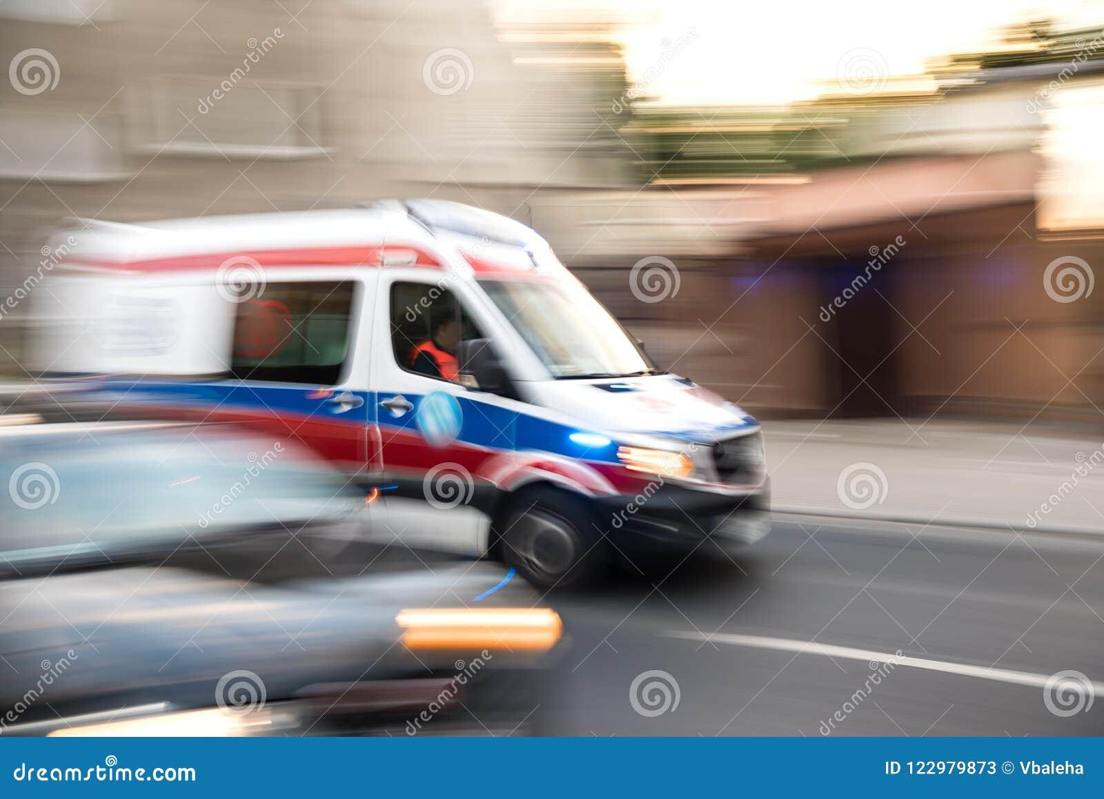 Karetka w ruchu jeżdżenia puszku droga