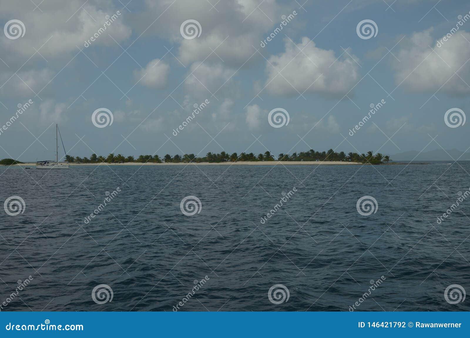 Karibischer Streifen und Segelboot Strand Tobago-Cays