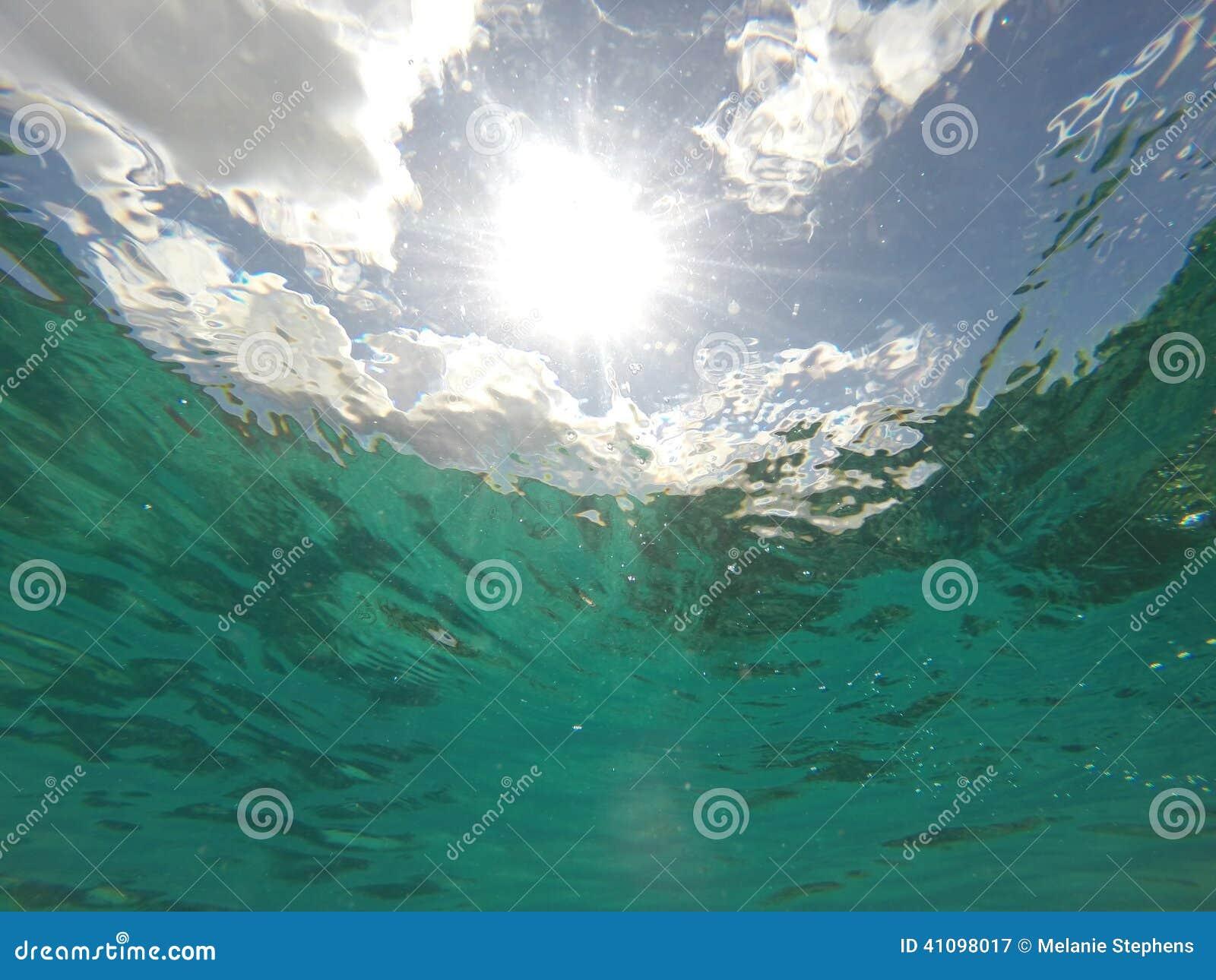 Karibisk seascape av den aquavatten och sunbursten