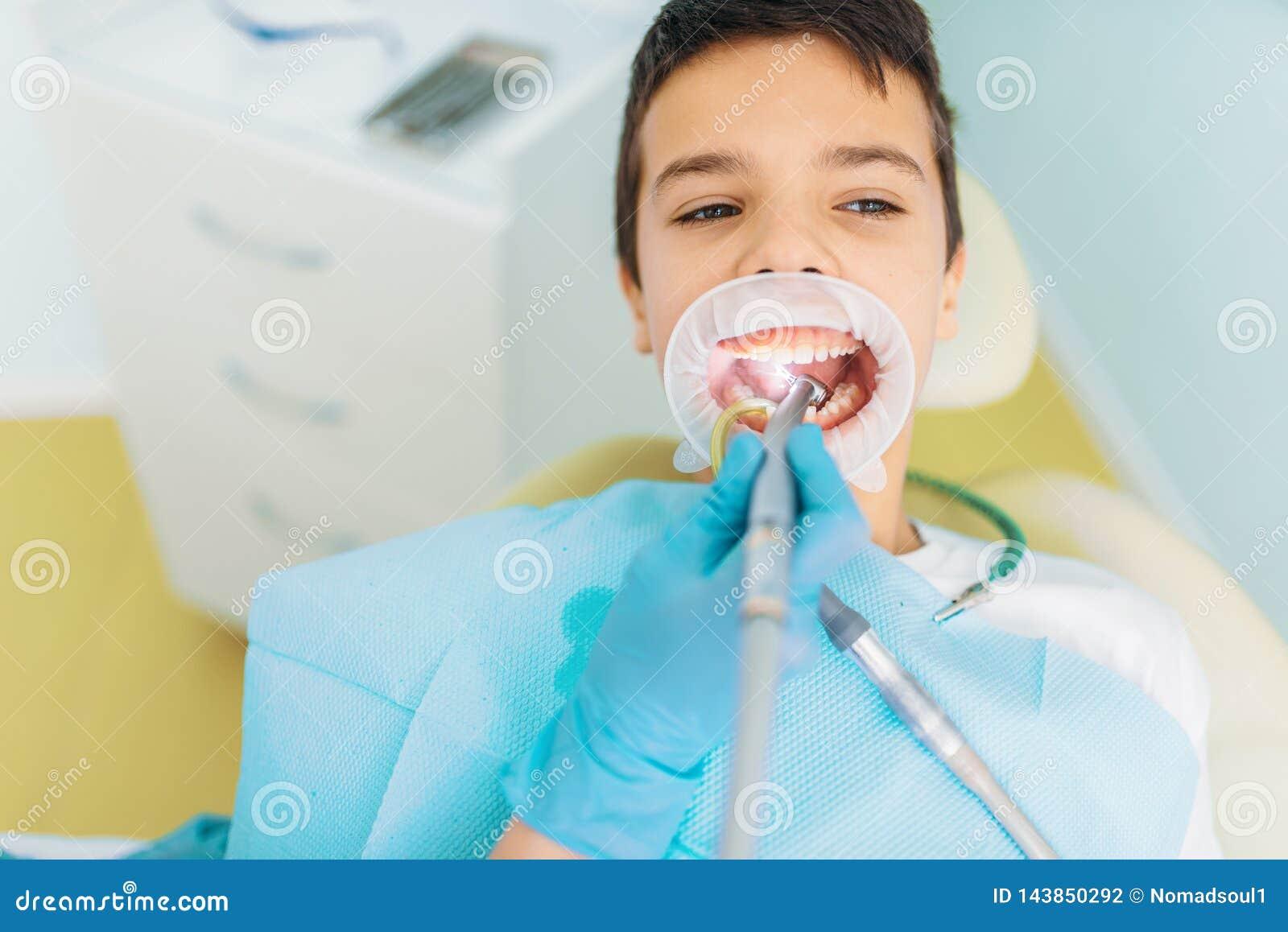 Kariesborttagningstillvägagångssätt, pediatrisk tandläkekonst