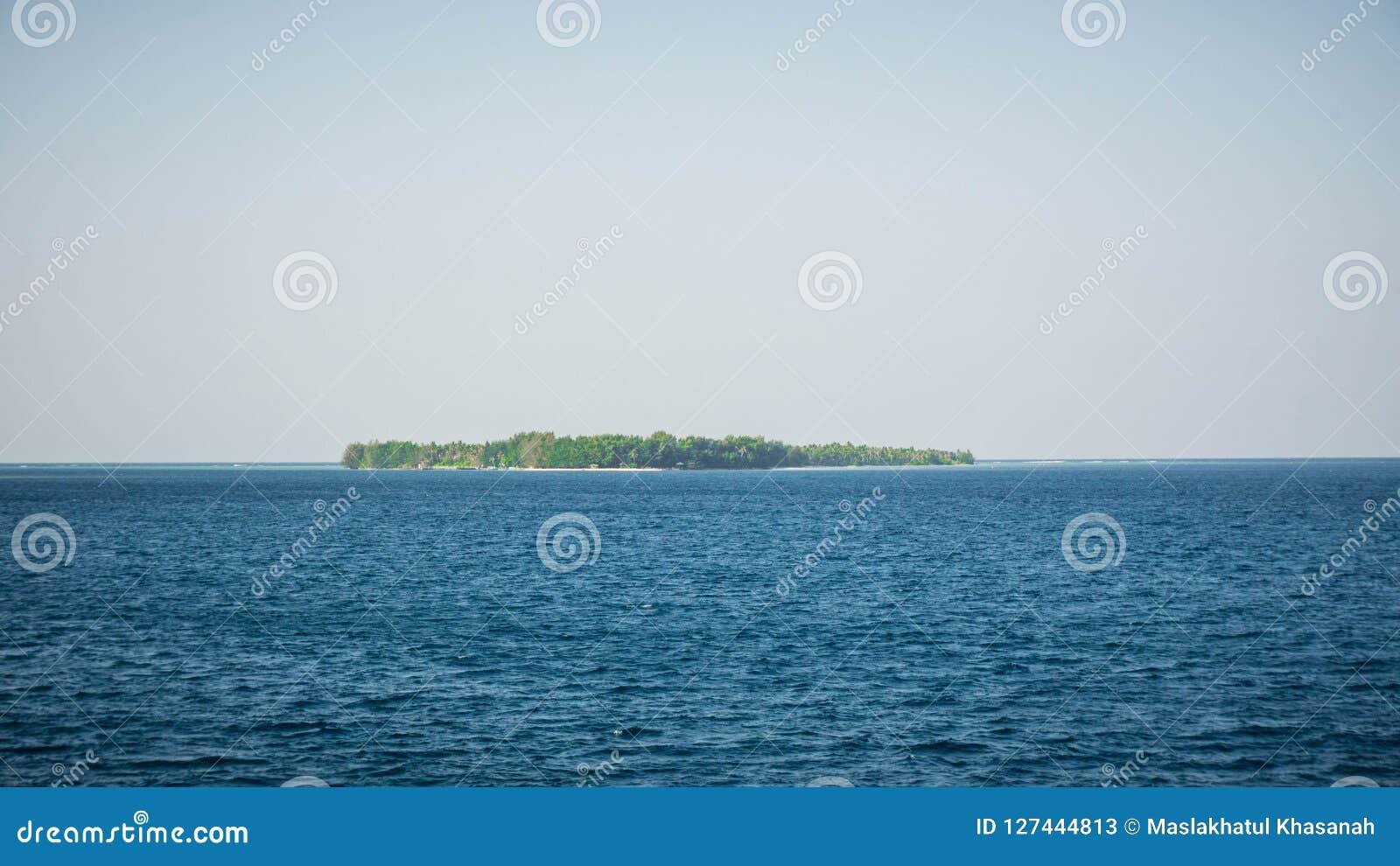 Karimun jawy wyspa po środku głębokiego błękitnego morza w środkowym Java Indonesia