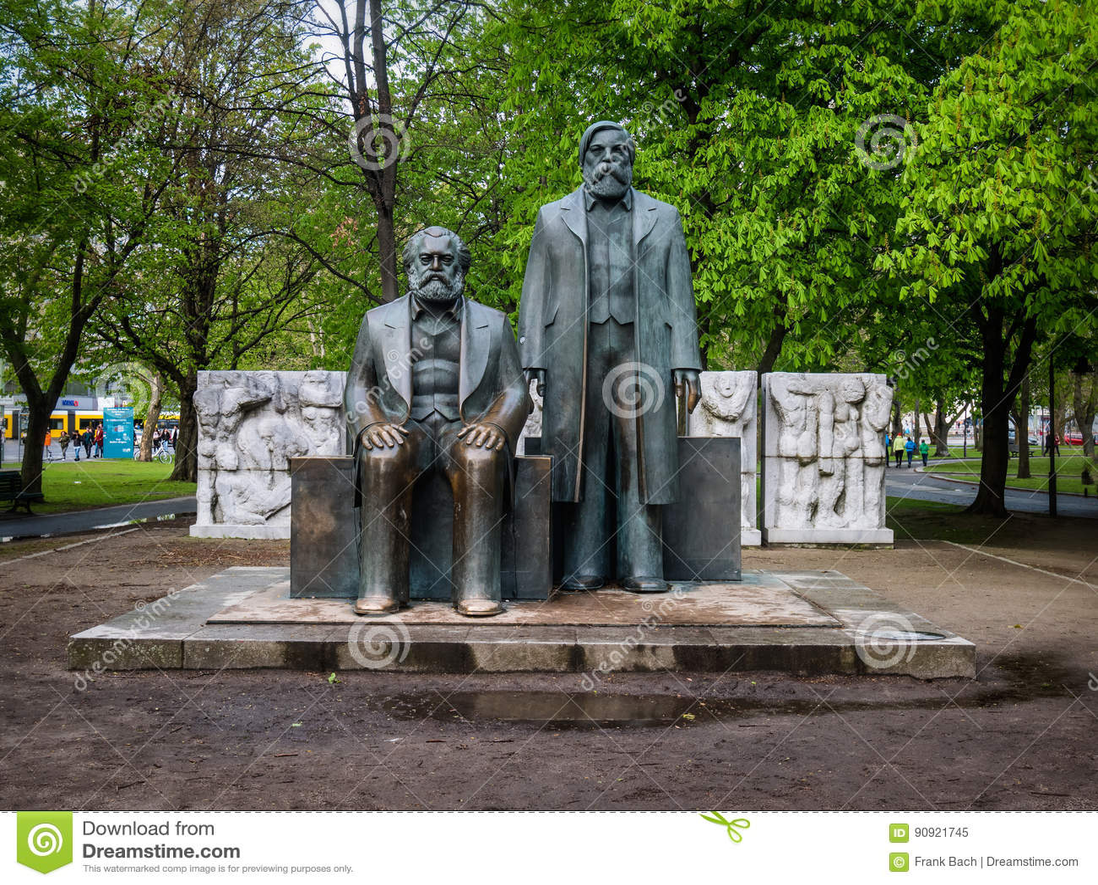 Karl Marx och Friedrich Engels monument i Berlin