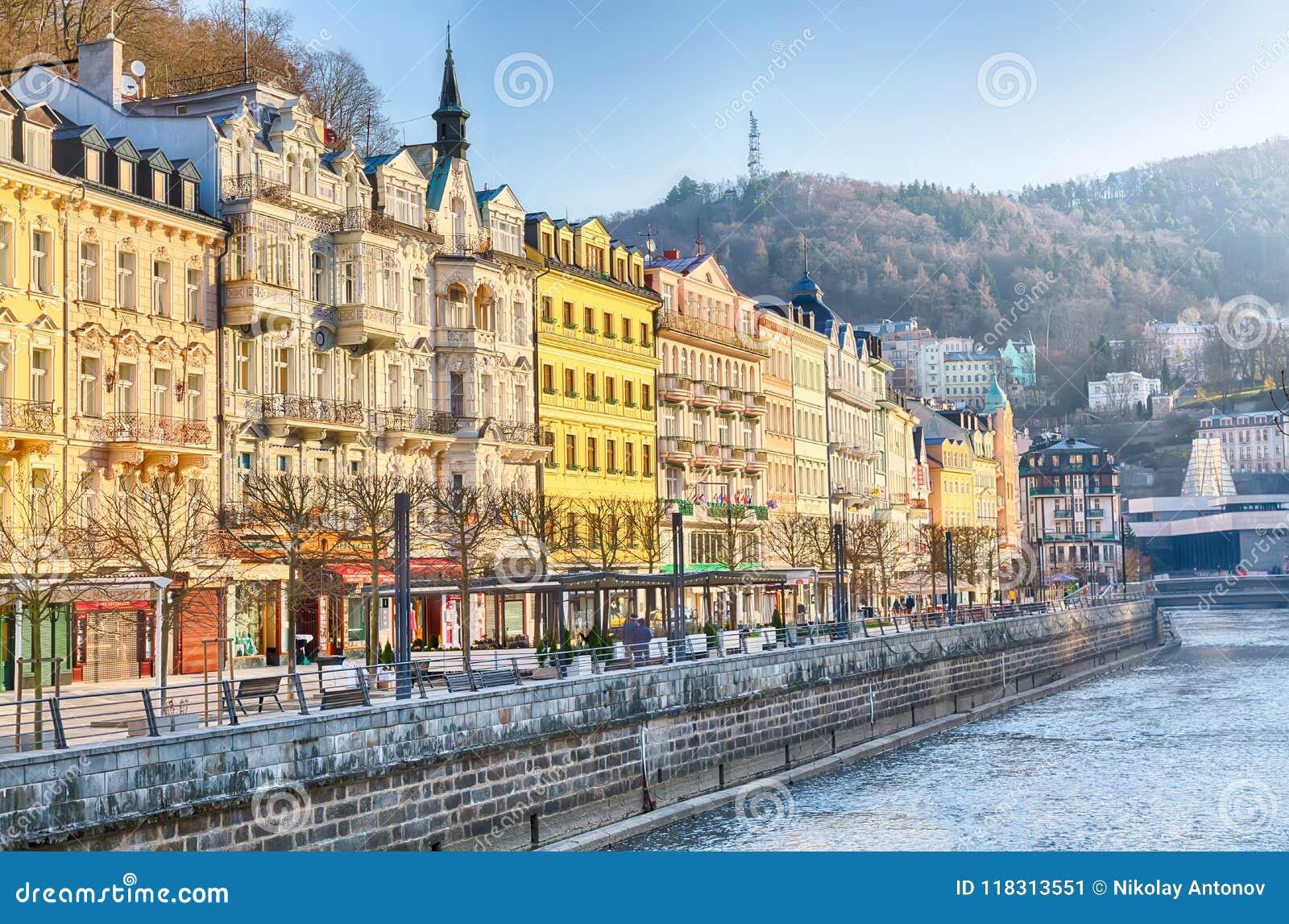 Karlovy varieert, Tsjechische Republiek - April, 2018: De huizen in stadscentrum van Karlovy variëren op de Tepla-rivier Karlovy