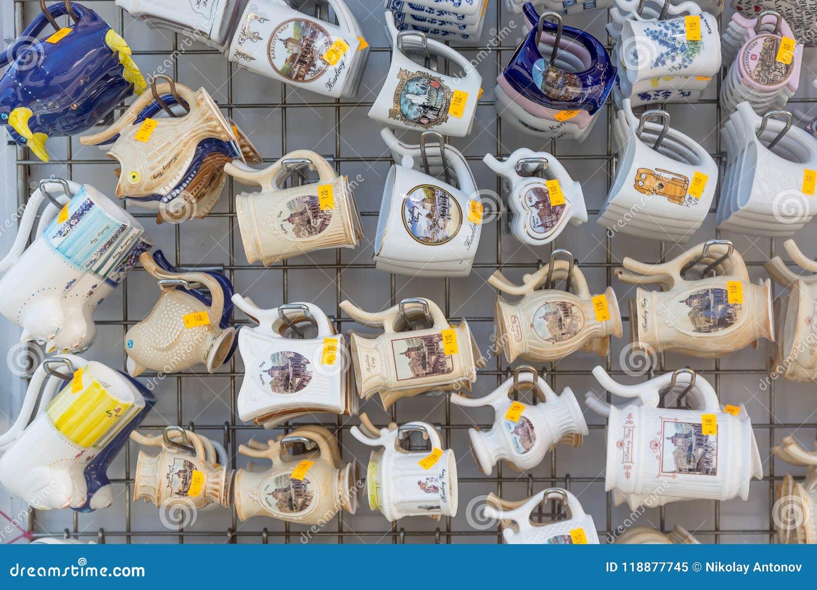 Karlovy Vary, République Tchèque - avril 2018 : Beaucoup de souvenirs de tasse à un magasin de touristes Station thermale dans la