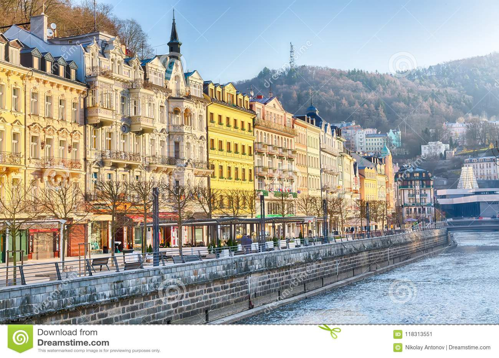 Karlovy Vary, Tschechische Republik - April 2018: Häuser im Stadtzentrum von Karlovy Vary auf dem Tepla-Fluss Karlovy Vary Karlsb