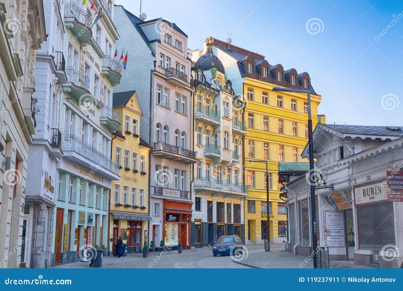 Karlovy Vary, Tschechische Republik - April 2018: Häuser im Stadtzentrum von Karlovy Vary während des Sonnenaufgangs Karlovy Vary