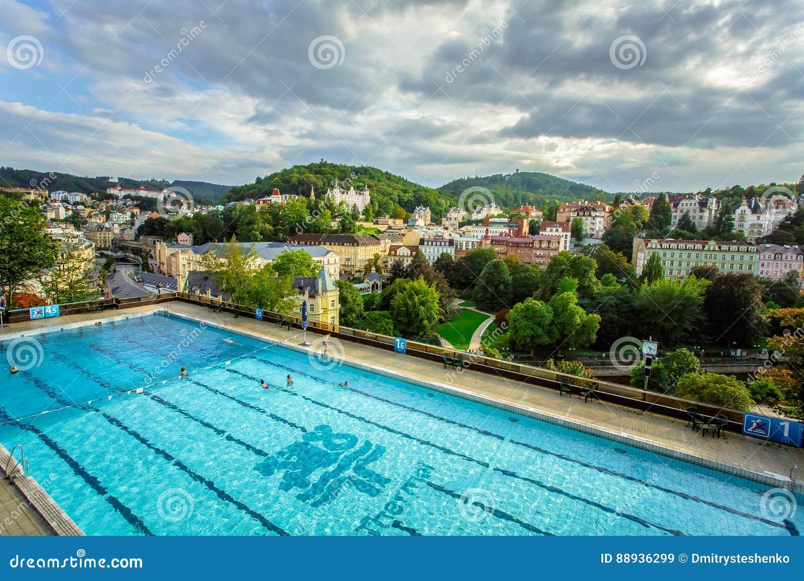 Karlovy Vary, Tschechische Republik - 13. September 2013: Schwimmenabstimmung im Freien im thermischen Hotel
