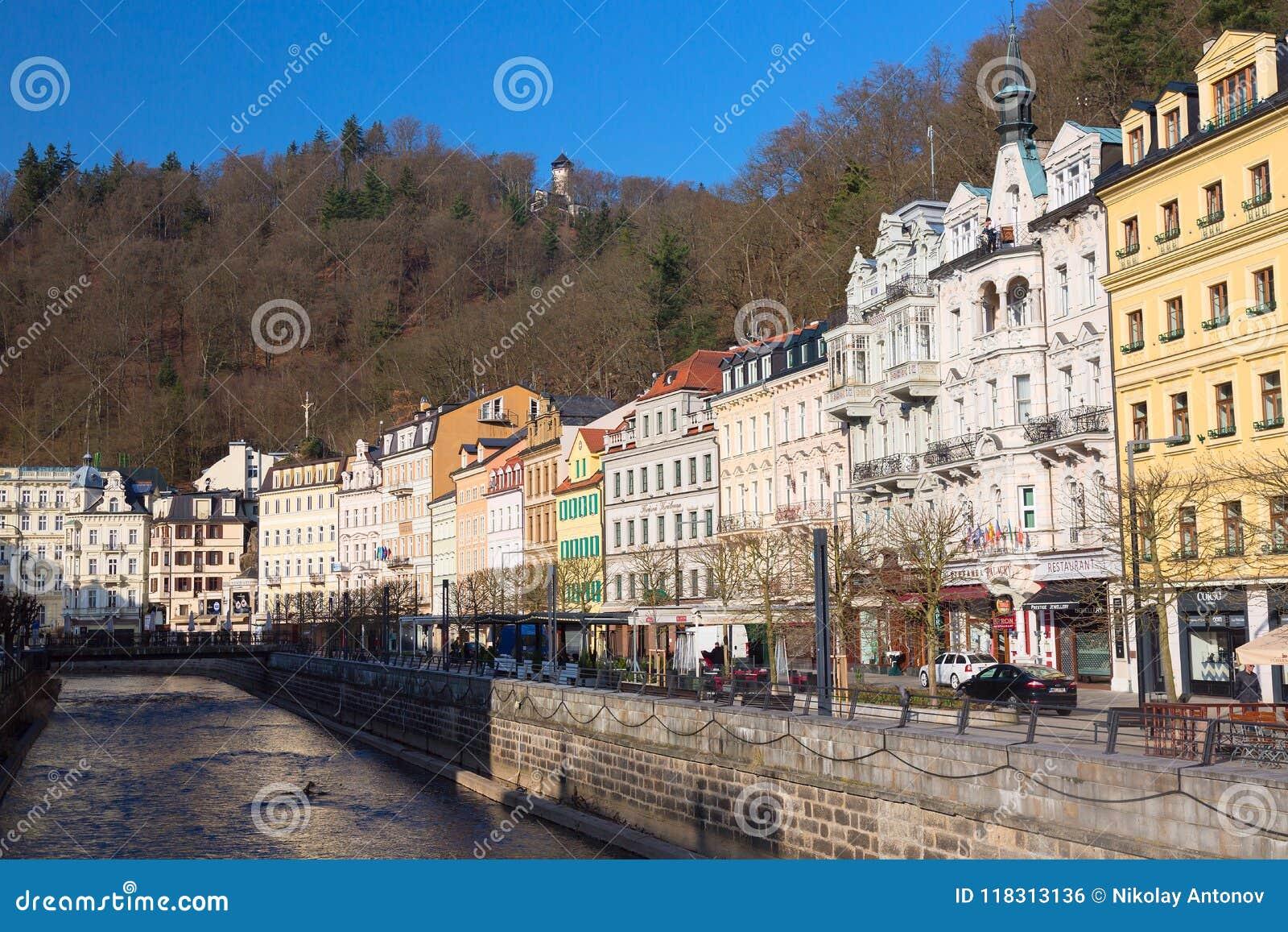 Karlovy Zmienia, republika czech - Kwiecień, 2018: Domy w centrum miasta Karlovy Zmieniają na Tepla rzece Karlovy Zmienia Karlsba