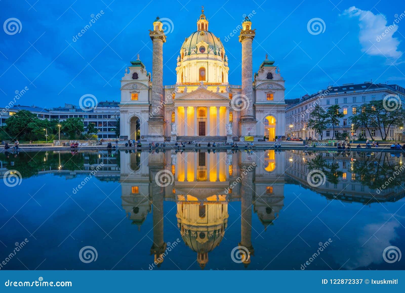 Karlskirche kościół przy nocą w Wiedeń mieście, Austria