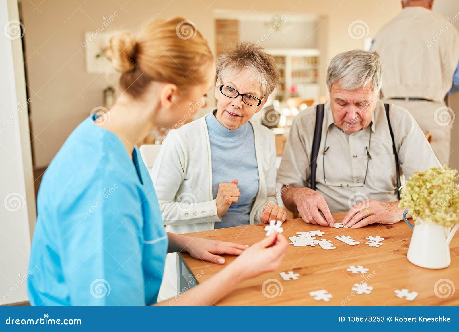 Karmiący domowych pomocy seniory bawić się łamigłówkę