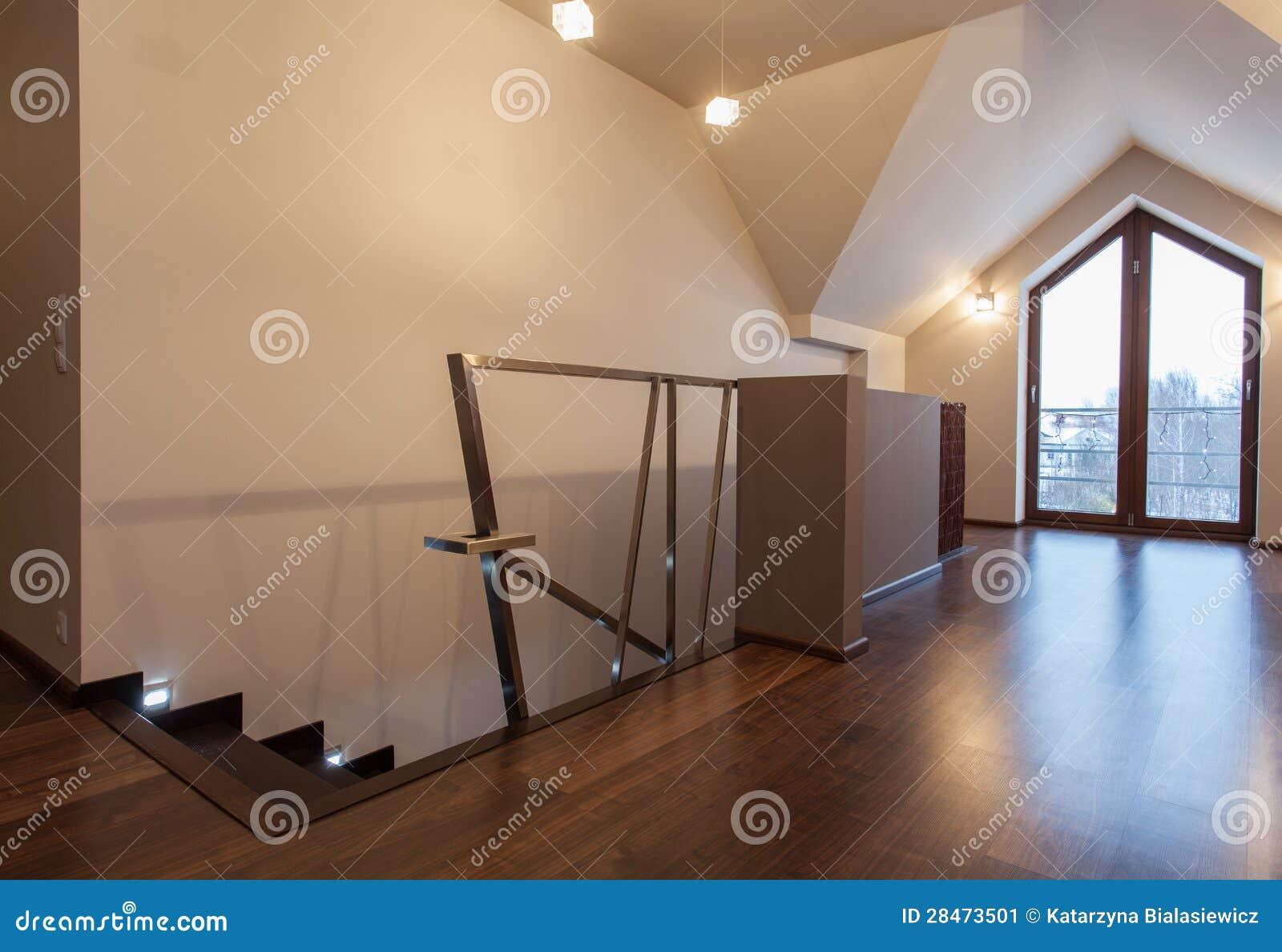 Beliebt Karminrotes Haus - Zeitgenössischer Dachboden Stockbild - Bild von KW15