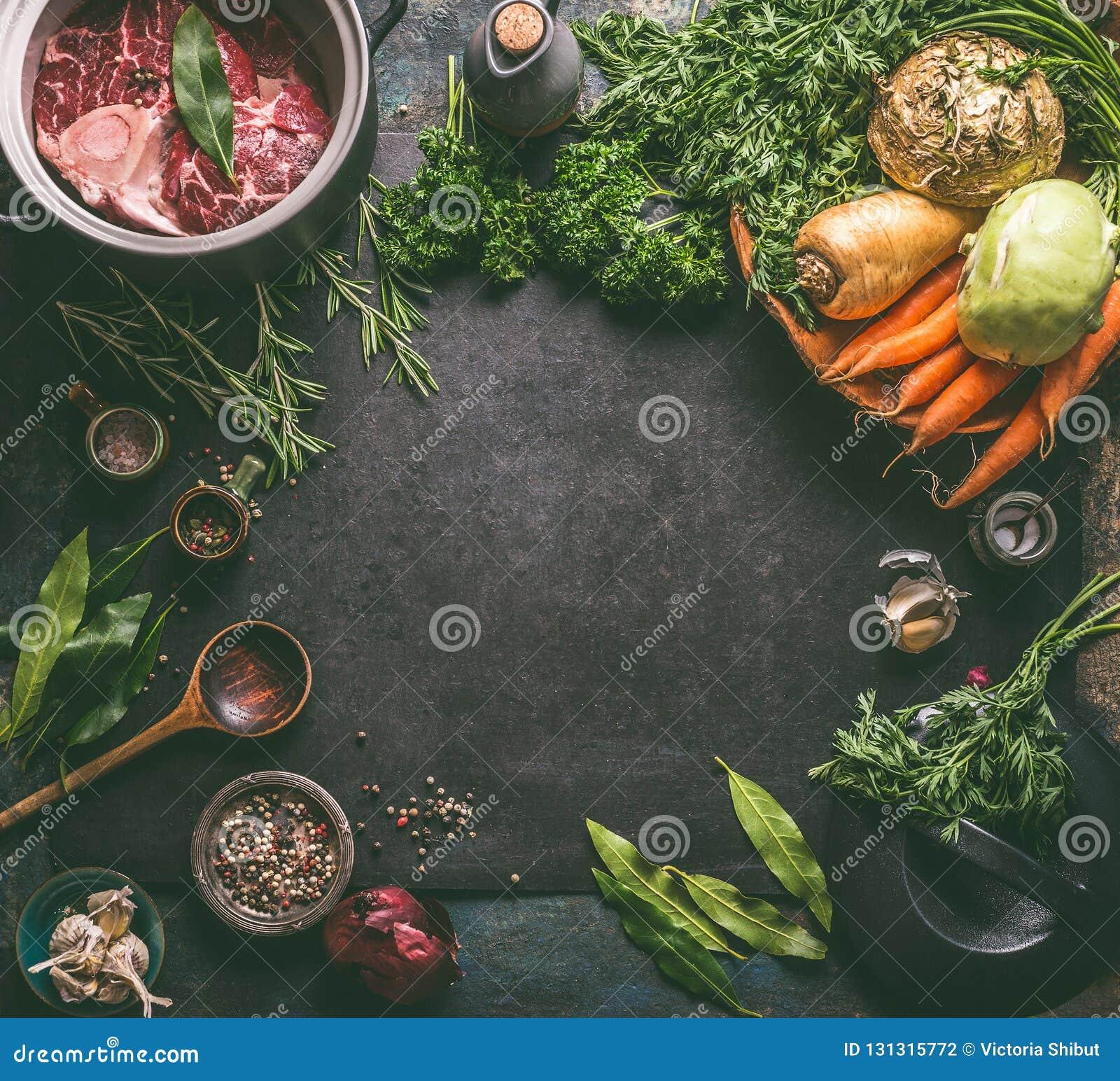 Karmowa tło rama z składnikami dla smakowitej baleronu Hock polewki: surowej wołowiny mięsna goleń z kością, korzeniowymi warzywa