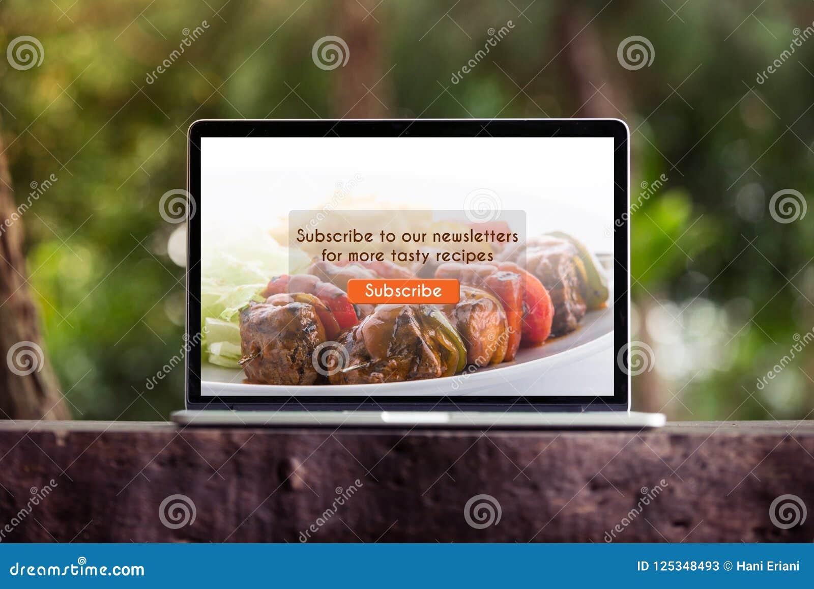 Karmowy blogu subscribtion na laptopu, ekranu komputerowego pojęciu/