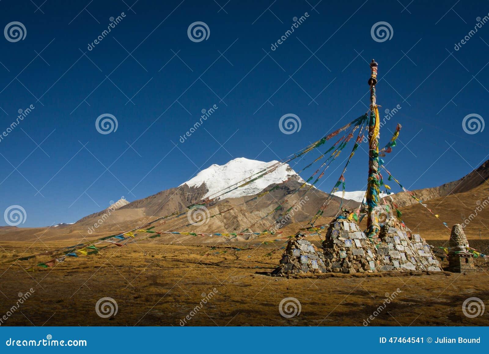Karola Glacier con le bandiere di preghiera ed il monumento, passaggio di Ganchula, Ti