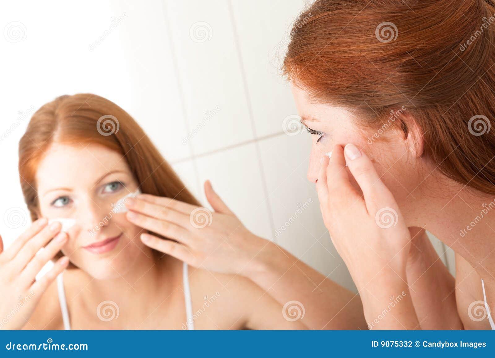 Karosseriensorgfaltserie - Frau, die Sahne aufträgt