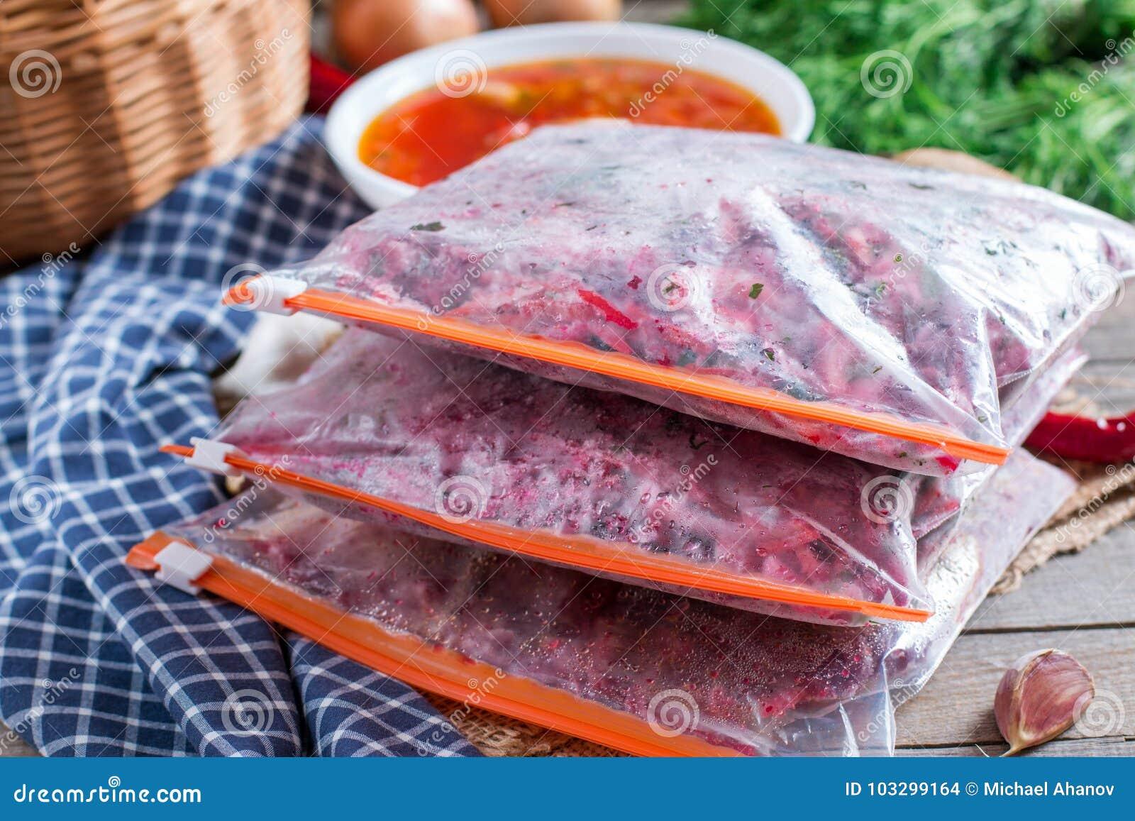 Karotten, rote Rüben und Zwiebeln werden für das Braten für Borschtsch geschnitten beschaffung einfrieren Suppenkochen