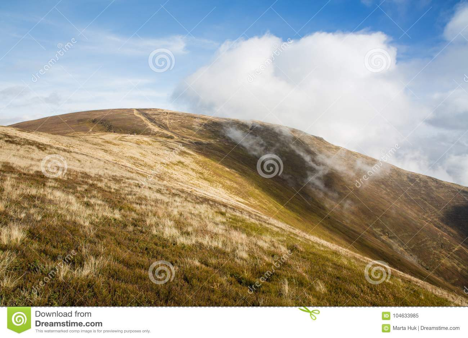 Karpackich gór krajobraz w jesieni