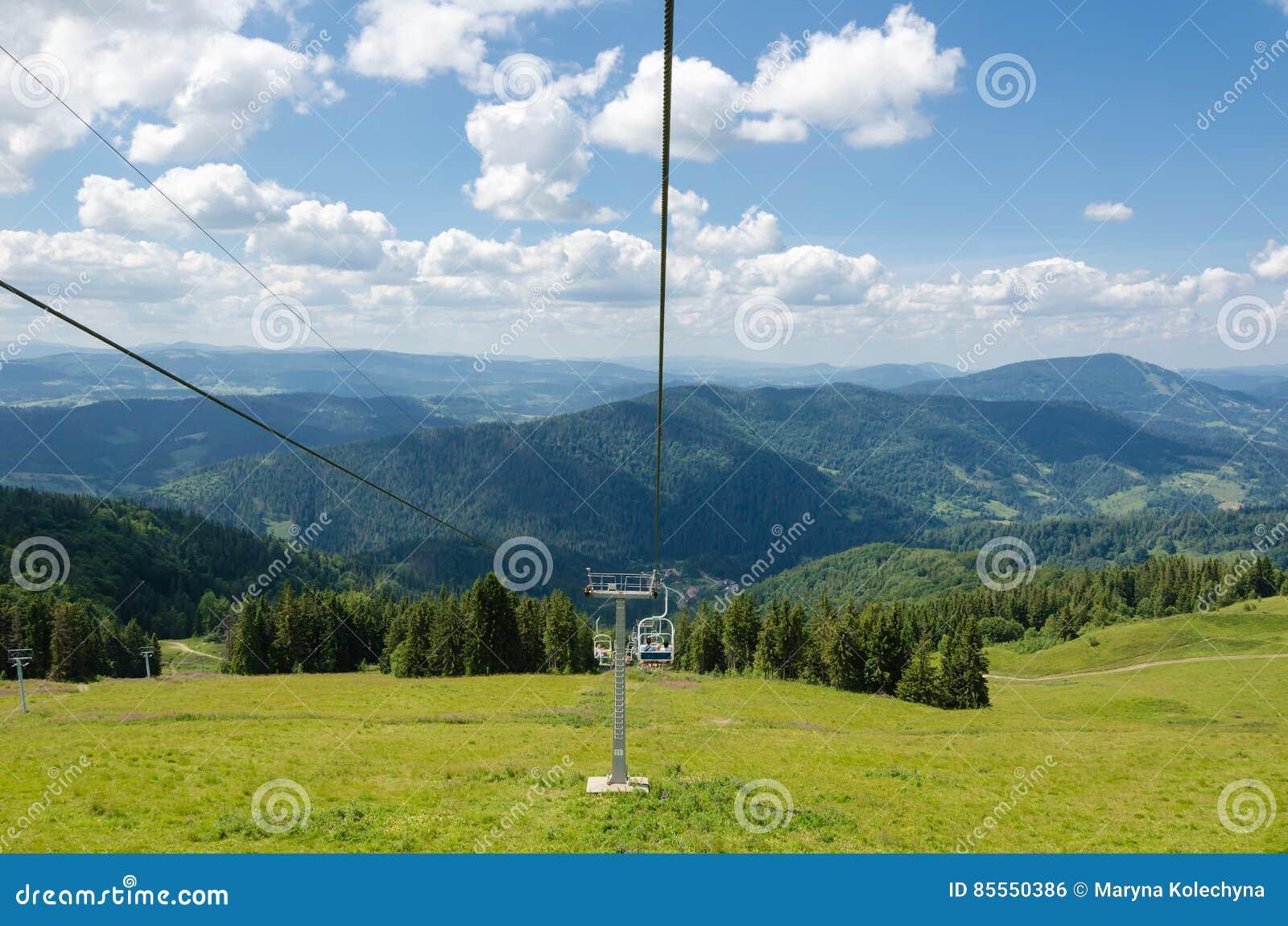 Karpaten Ukrainische Berge RAUM FÜR BEDECKUNGSschlagzeile UND TEXT